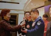 创会副会长刘海荣向爱心奉献奖获得者颁发奖杯