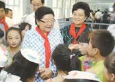 创会会长顾秀莲、副会长田淑兰和孩子们在一起