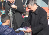 原商务部副部长张志刚出席慰问活动向孩子们发放捐赠品