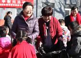 原全国人大副委员长顾秀莲亲切慰问打工子弟学校的孩子们