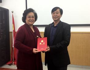 王萍理事长向毛德鼠会长颁发聘